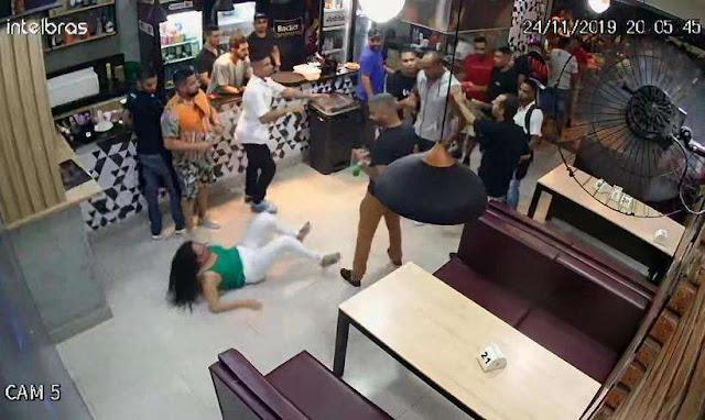 Eles agrediram uma mulher no bar por causa de uma mesa, ninguém fez nada para defendê-la e nem a Polícia prendeu