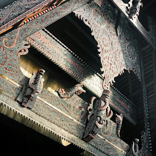 contoh seni ukir gorga batak di rumah adat batak toba