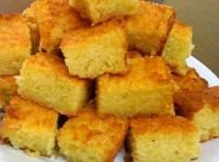 Imagem de pedaços do bolo de mandioca feito no liquidificador