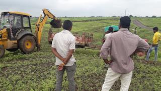 ग्रामीणों ने खुद ही किया रोड बनाने का कार्य
