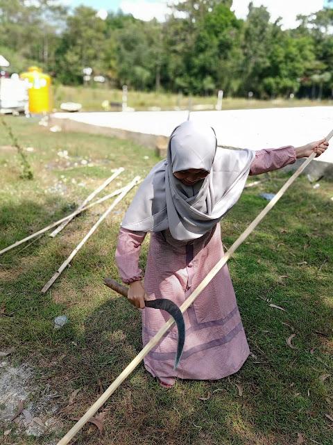 Pembuatan Pagar Taman Ceria KKN 90 Batangan