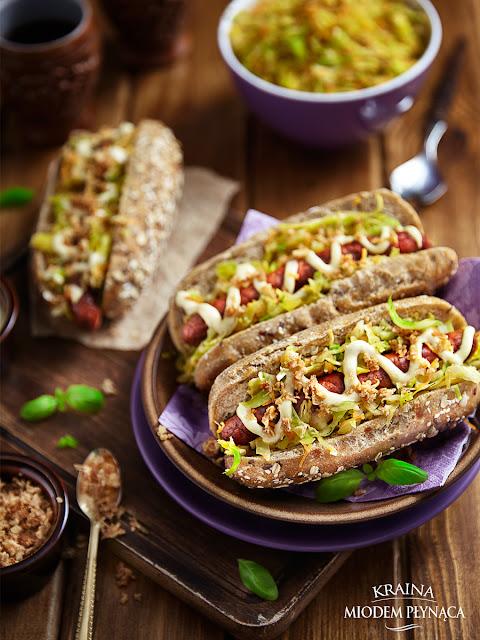 domowy hot dog, domowy fast food, zdrowy fast food, surówka z młodej kapusty, sos majonezowy, sos musztardowy, hot dog z warzywami, bułka z warzywami, kraina miodem płynąca