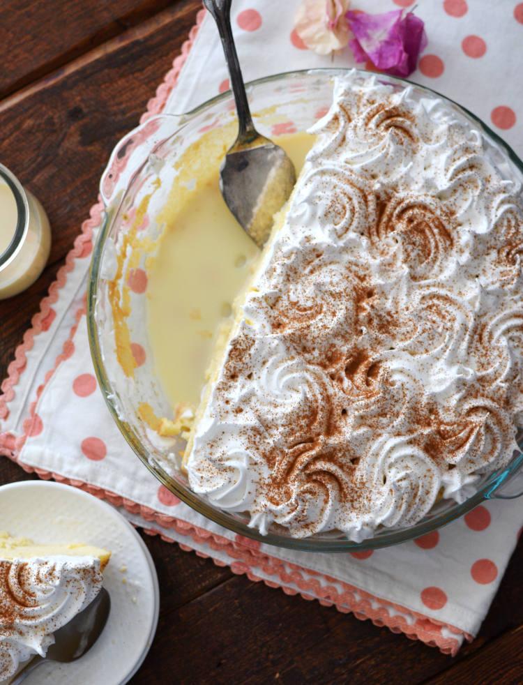 Torta tres leches, presentación en envase refractario decorada con rosetones de merengue