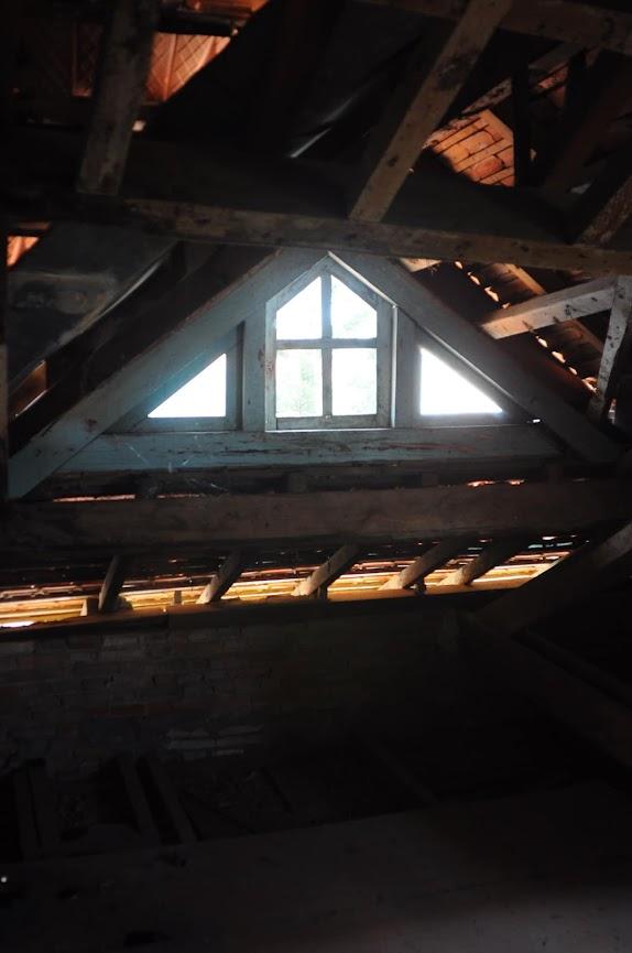 Cửa sổ mái của biệt thự bỏ hoang Đà Lạt