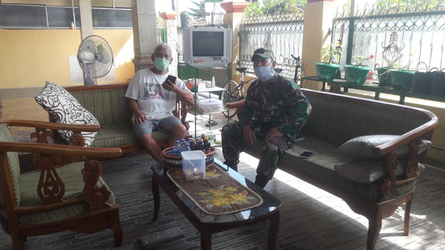 KodimKaranganyar – Babinsa Sertu Sukarmo Himbau Warga Jaga Keamanan Lingkungan