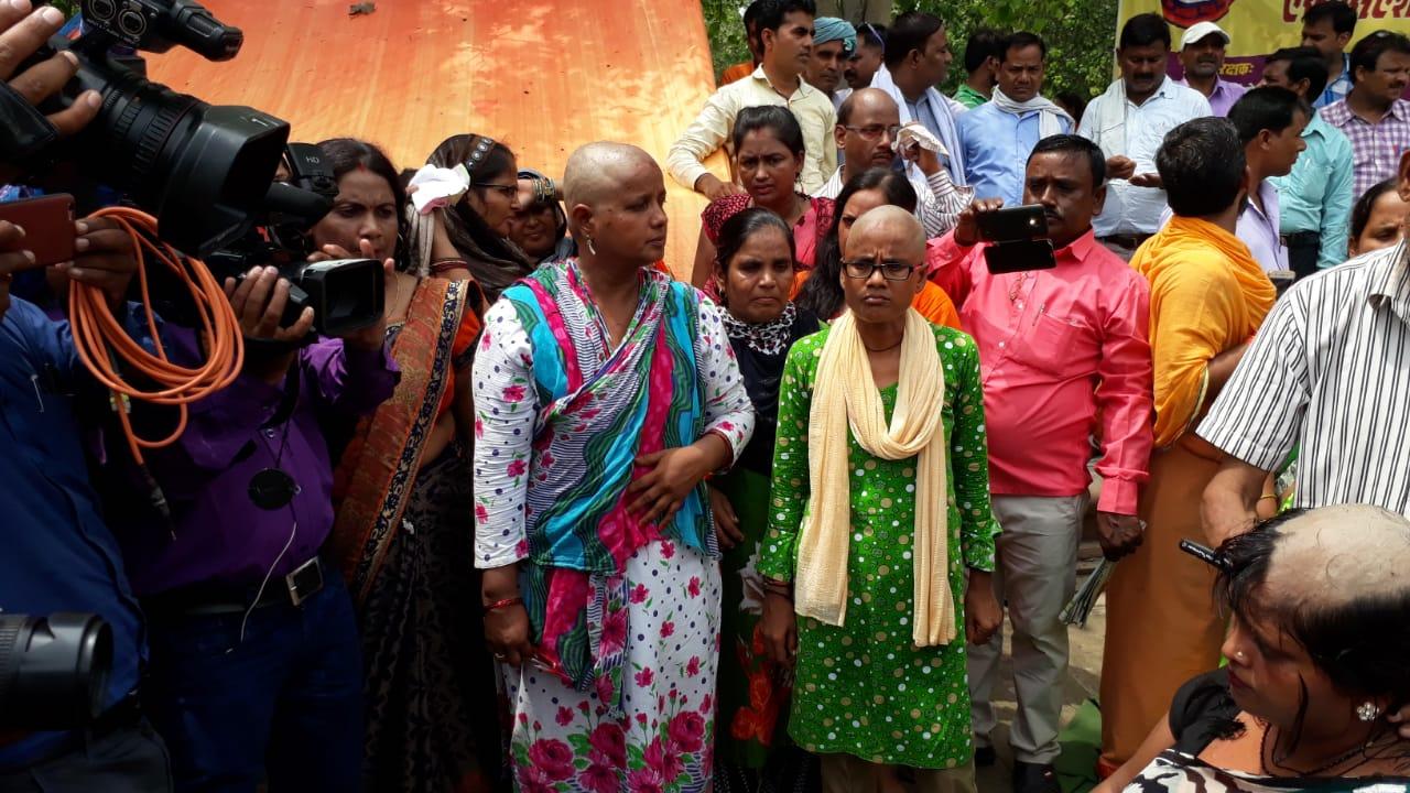 हिंदुत्व हुआ शर्मसार, उमा देवी समेत अन्य शिक्षामित्रों ने 750 दिवंगत शिक्षामित्रों को सिर मुड़ा कर दी श्रंद्धाजलि, महिला शिक्षामित्रों ने मुड़ाया सिर , देखें