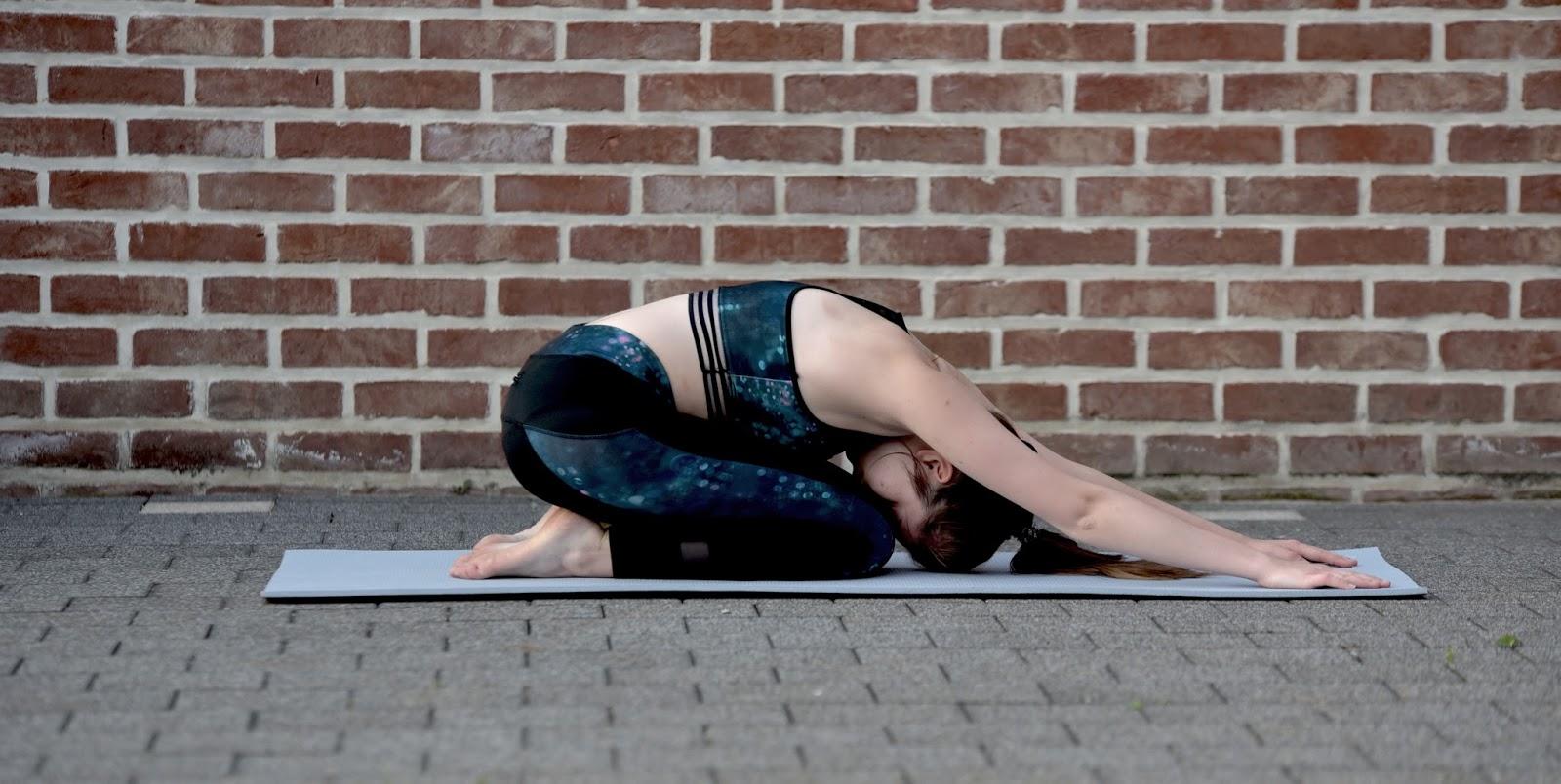 le yoga la maison ou avec un prof. Black Bedroom Furniture Sets. Home Design Ideas