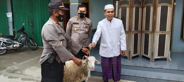Idul Adha, Polres Purbalingga Menyerahkan 11 Ekor Kambing Untuk Pondok Pesantren