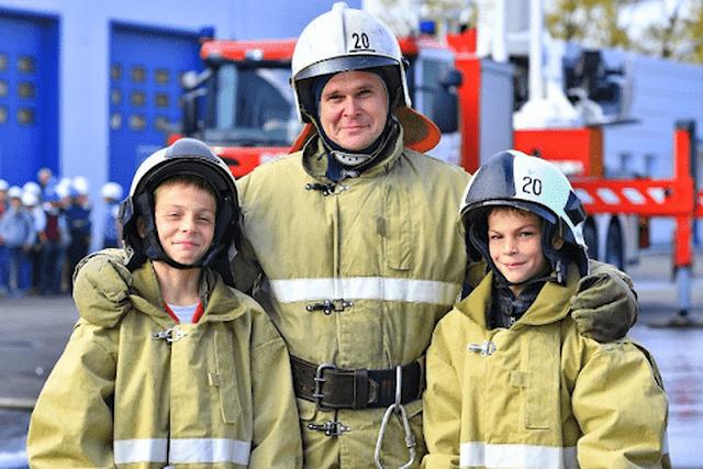 Братья Любимовы спасли женщину с маленькими детьми из пылающего дома