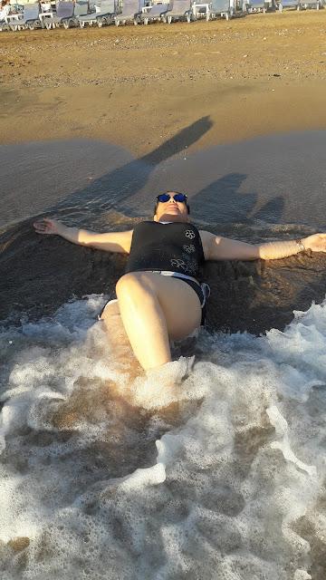 تحية ميهوب صور جريئة بملابس البحر في منتجع هوليدي بيتش