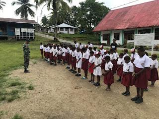 Satgas Raider 300 Wujudkan Cinta Tanah Air Kepada Anak Papua