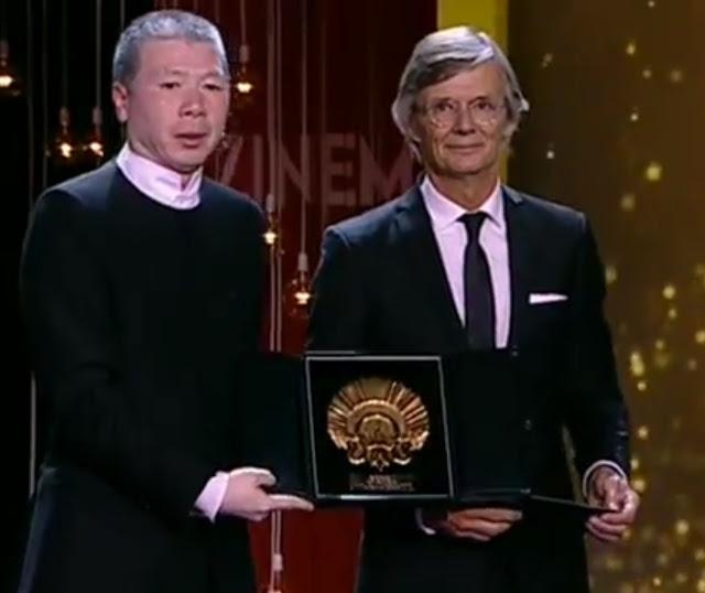 El director chino Xiaogang Feng recibe la Concha de Oro de manos de Bille August