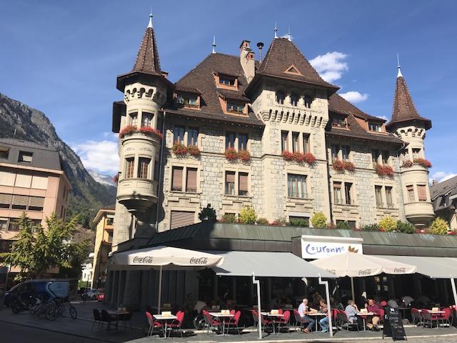 スイスのブリークの町のオープンエアのレストラン