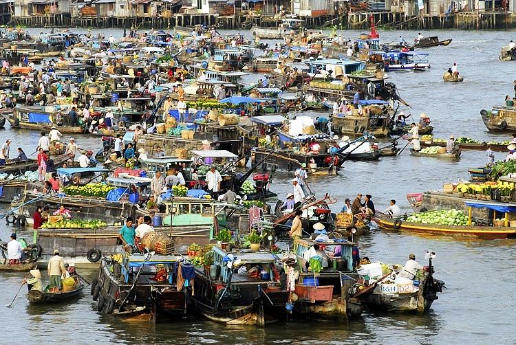 chợ nổi, thuyền trên sông, hàng bán trên thuyền, người trên thuyền
