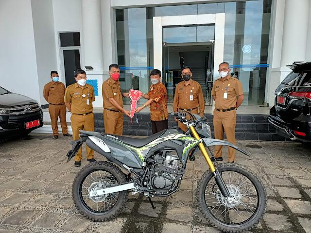 Bupati Natuna Serahkan Satu Unit Sepeda Motor Kepada Kepala BPN Natuna
