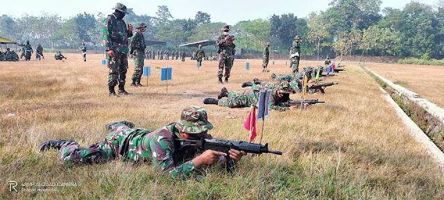 """Mojokerto, - Untuk memelihara sekaligus mengasah kemampuan prajurit, Kodim 0815/Mojokerto menggelar latihan menembak senjata ringan di Lapangan Tembak Yonif Para Raider 503/Mayangkara, Mojosari Kabupaten Mojokerto, Jawa Timur, Selasa (21/07/2020).    Latihan menembak senjata ringan atau Latbak Jatri berupa laras panjang dan pistol, yang merupakan bagian dari program latihan Tahun Anggaran 2020 kali ini, diikuti Personel Militer dari Makodim 0815/Mojokerto dan Koramil Jajaran.   Ketika dikonfirmasi, Dandim 0815/Mojokerto Letkol Inf Dwi Mawan Sutanto, SH., mengungkapkan, latihan menembak merupakan salah satu sarana untuk mengasah kemampuan dan keterampilan dasar prajurit. """"Dengan latihan menembak, maka naluri tempur dasar para prajurit akan terus terasah dan terpelihara,"""" ungkapnya.  """"Tentunya sebagai prajurit, merupakan suatu keharusan untuk mengasah kemampuan dan keterampilan dasar menembak sehingga tidak kehilangan naluri tempur serta selalu siap bila sewaktu-waktu mendapat perintah penugasan,"""" tandas pria kelahiran Purbalingga Jawa Tengah yang pernah dinas di Bumi Borneo.  Alumni Akmil Angkatan 2000 ini, menegaskan, dalam pelaksanaan latihan menembak kali ini dilakukan dengan mengedepankan prosedur pengamanan tetap dan protokol kesehatan secara ketat sesuai himbauan pemerintah.   """"Kami sudah meminta kepada pihak penyelenggara, untuk memaksimalkan latihan menembak ini, namun tentunya faktor keamanan diutamakan dan protokol kesehatan harus diterapkan secara ketat,"""" pungkasnya.  Pada kesempatan terpisah, Perwira Seksi Operasi (Pasiops) Kodim 0815/Mojokerto Lettu Inf Akhmad Rifa'i, menambahkan, latihan menembak ini akan berlangsung selama beberapa hari dengan pengerahan personel secara bergelombang. """"Mekanisme latihan sudah dipersiapkan sesuai prosedur dengan penambahan protokol kesehatan Covid-19,"""" tambahnya. (Jayak)"""