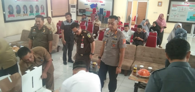 Kapolres Bersama KPU Luwu Utara Lakukan Pengosongan Kotak Suara Pemilu 2019