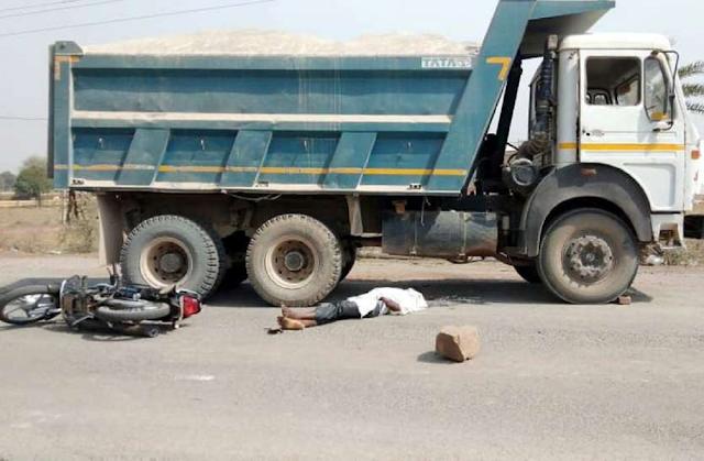 D-MART के सामने डंपर ने निगम कर्मियों को कुचला, 2 की मौत, 1 गंभीर - BHOPAL NEWS