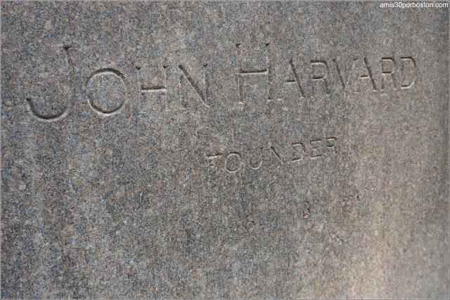 Inscripción en el Pedestal de la  Estatua de John Harvard