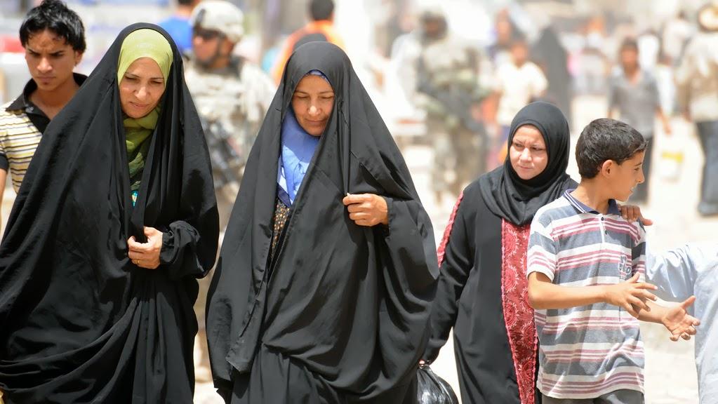 ember arra törekszik, tunéziai nő
