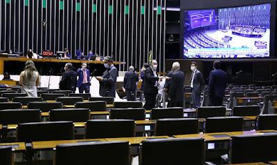 Câmara aprova texto-base da PEC que adia eleições deste ano para novembro