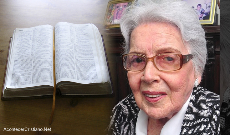 Anciana lee Biblia completa