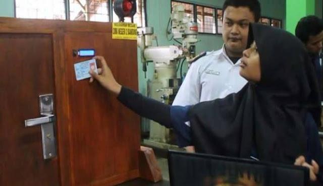 Kini Mengunci Rumah Bisa Pakai E-KTP! Seperti Temuan Dua Siswa SMKN 2 Bandung Ini