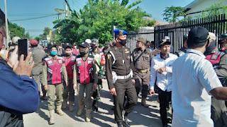 Petugas Gabungan Membongkar Belasan Warung Remang Remang di Desa Mundu