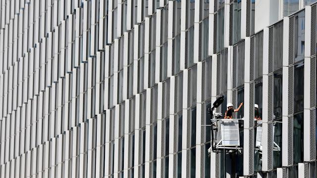 Obreros rumanos que construyeron la nueva sede de la OTAN demandan a contratistas por impago de salarios