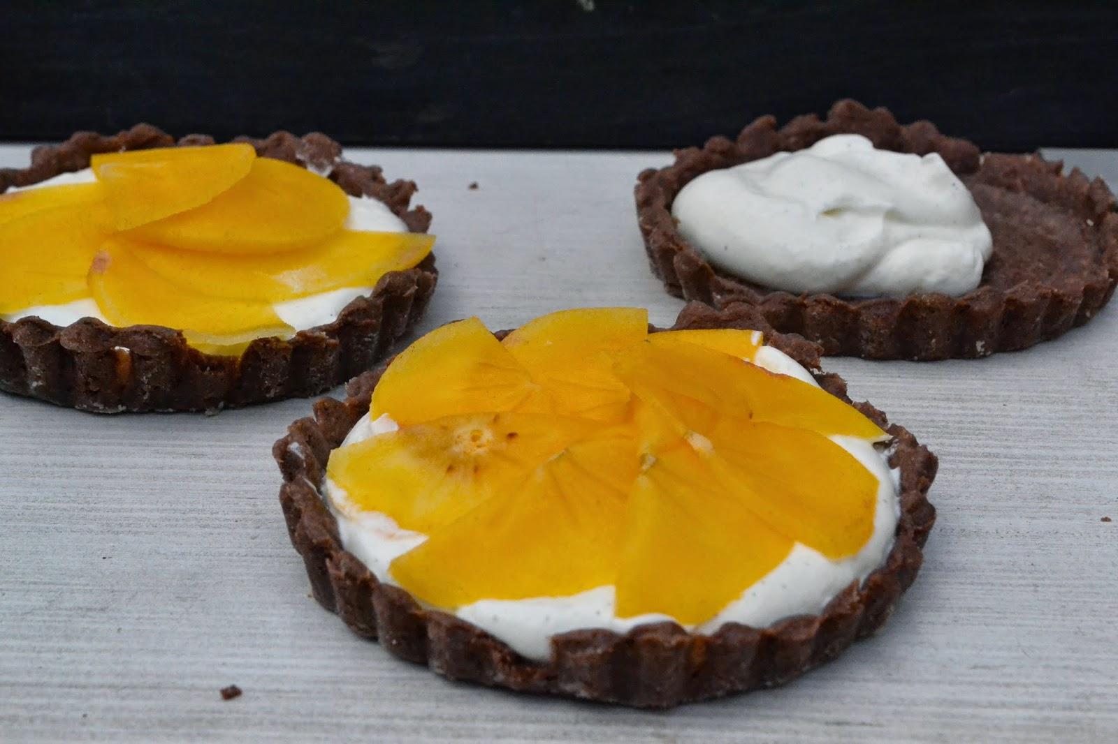 kakao tartelettes mit vanillecreme und kaki frucht the recipe suitcase. Black Bedroom Furniture Sets. Home Design Ideas