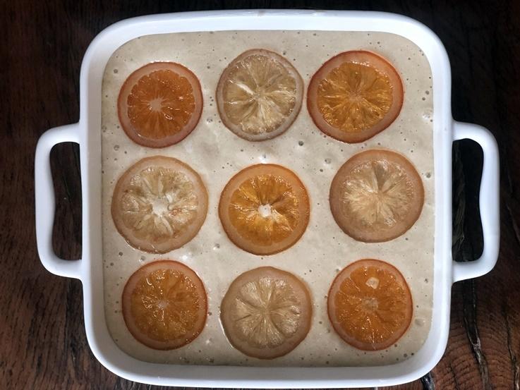 Bizcocho de sarraceno y coco, con naranja confitada