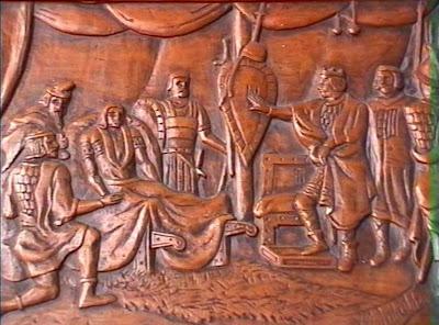 Detalle del arcón tallado por Manuel Tobella con la leyenda de la historia del Escudo de Cataluña