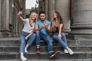 amigos em contato conversando tirando selfie