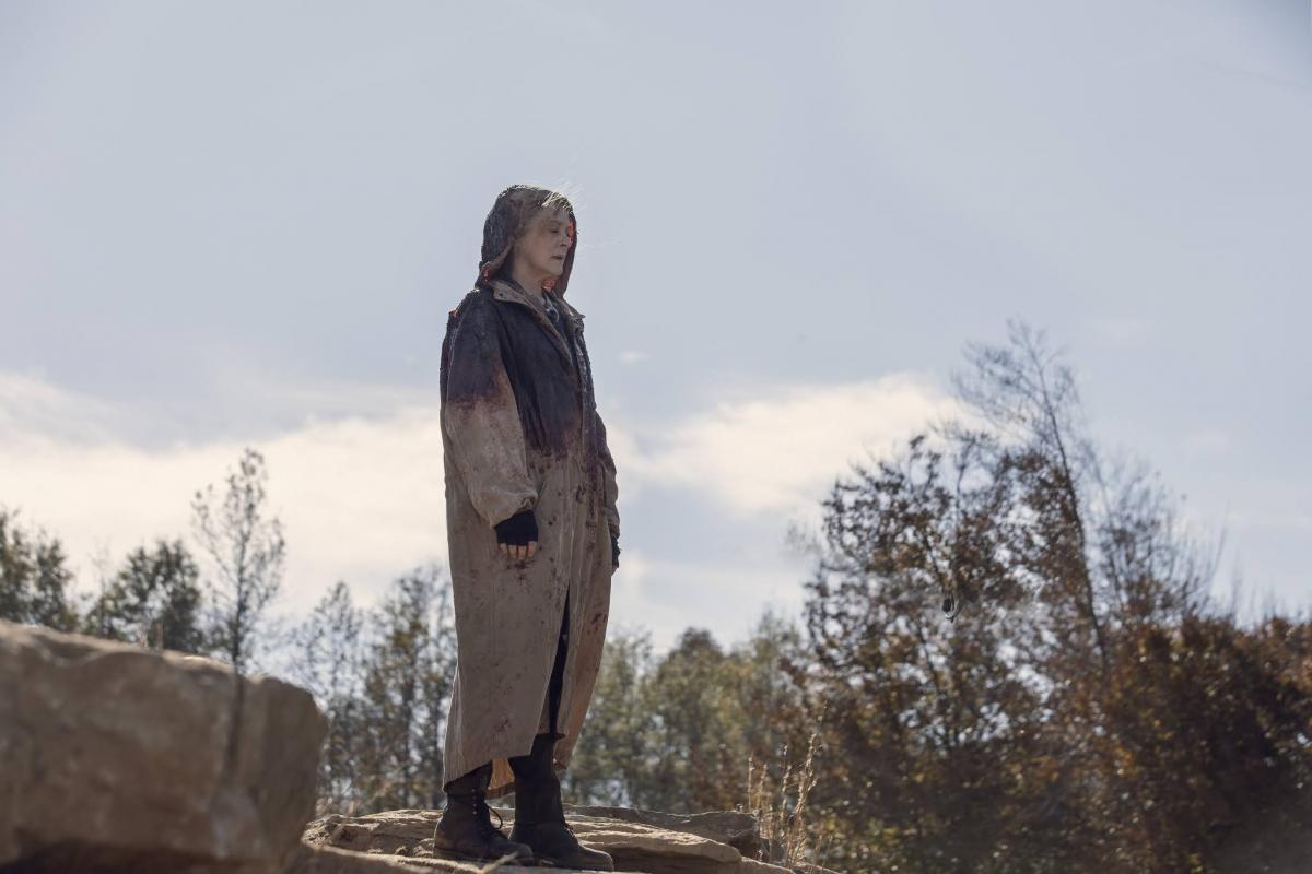 Carol mira hacia el acantilado donde los susurradores llegan a su fin