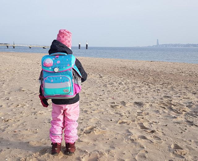 Einschulung 2021: Ein Meerjungfrauen-Schulranzen für unser Küstenmädchen. Unser Mädchen wäre am liebsten selbst eine Meerjungfrau und hat den Ranzen entsprechend ausgesucht.