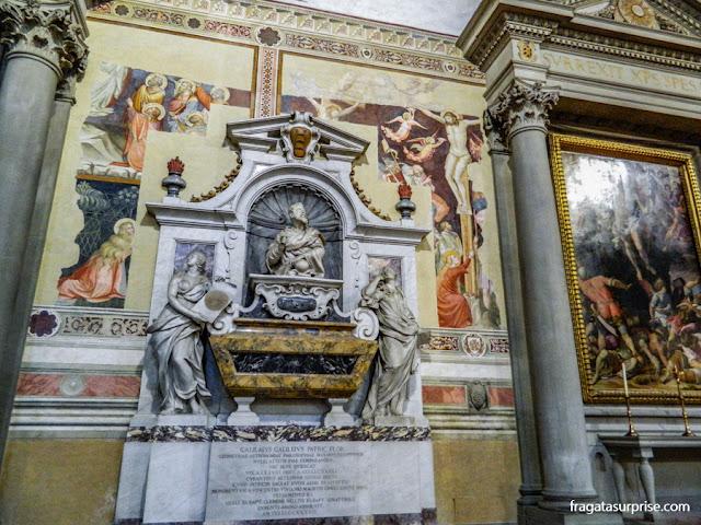 Túmulo de Galileu Galilei na Basílica de Santa Croce, em Florença