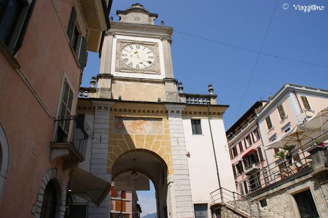 La Torre dell'Orologio nel centro storico di Salò