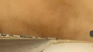غبار شديد على الطريق الصحراوي