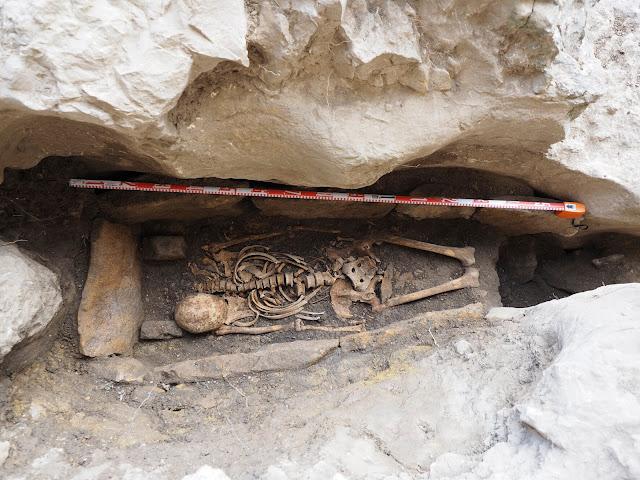 Excavation of a Hispano-Visigothic grave at Ojo Guarena