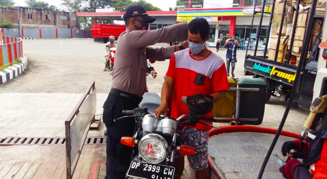 Satbinmas Polres Sidrap berikan warga masker