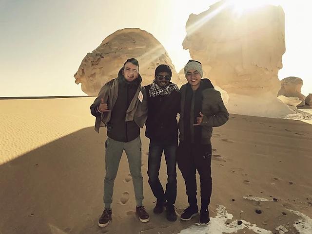 tres homens abracados no deserto