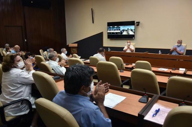 En un encuentro del Presidente Díaz-Canel con los científicos y expertos que trabajan directamente en el enfrentamiento a la COVID-19, se presentó de manera oficial la estrategia de desarrollo de Soberana. Foto: Estudios Revolución