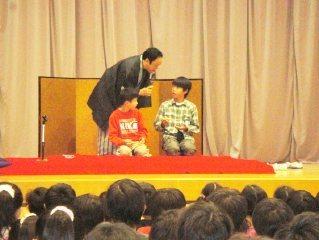 生徒が楽しく参加。人気の落語体験コーナーの風景です。