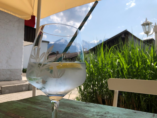 Gin Tonic, Afterwork Treffpunkt, Terrasse, Bergblick, Garmisch-Partenkirchen, Outdoor-Bereich, Patio, 4Eck, Restaurant, Restaurantterrasse, Bergpanorama, Alpspitzblick