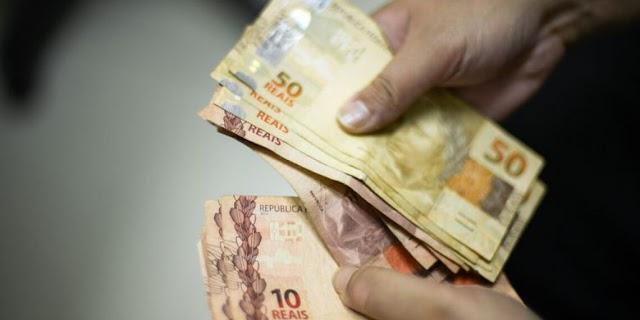 Auxílio emergencial deve ter novas parcelas de R$ 500, R$ 400 e R$ 300, diz Bolsonaro