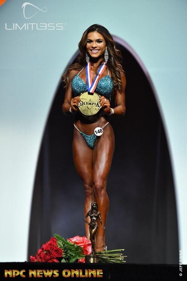 Elisa Pecin posa com a medalha de ouro da categoria Bikini Olympia. Foto: NPC/Jeff Binns