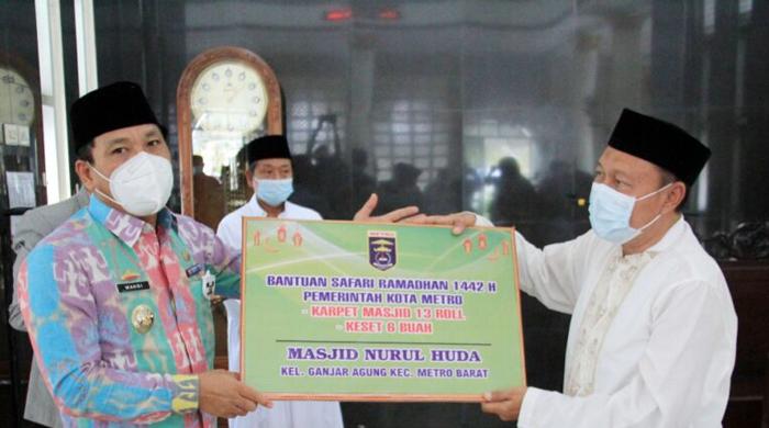 Walikota Metro Serahkan Bantuan 13 Roll Karpet di Masjid Jami Nurul Huda