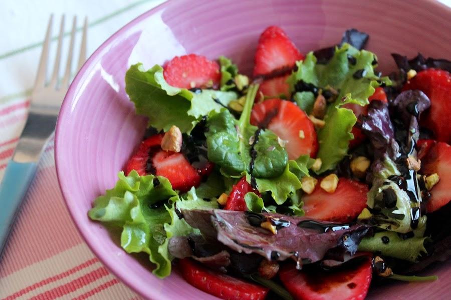 Ensalada de fresas, brotes tiernos y pistachos