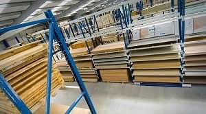 Persyaratan mutu kayu lapis di Indonesia pada dasarnya ditentukan oleh beberapa faktor penting yang sangat erat kaitannya dengan kualitas kayu lapis yang akan diolah. Persyaratan tersebut terdiri dari persyaratan umum, persyaratan khusus, persyaratan keteguhan rekat, serta persyaratan kekuatan dan keawetan. Kayu lapis memiliki ketebalan yang bervariasi, begitu pula jenis bahannya. Ada jenis kayu yang memiliki kekuatan tinggi, ada pula jenis kayu yang memiliki kekuatan rendah. oleh karena itu, kayu lapis khusus konstruksi sangat diperlukan kekuatan ini. Pemakaian kayu lapis sebagai bahan bangunan atau pun tujuan kegunaan lainnya dengan sifat-sifat kayu yang dibuat, memberi kemungkinan terjadinya serangan-serangan perusak kayu, baik berupa bubuk kayu kering maupun serangga lainnya.