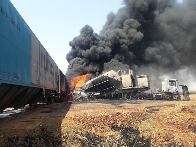Caminhão-tanque colide com trem e provoca explosão